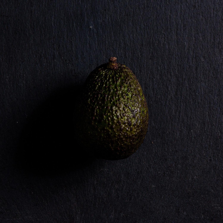Avocat en studio photo sur une ardoise