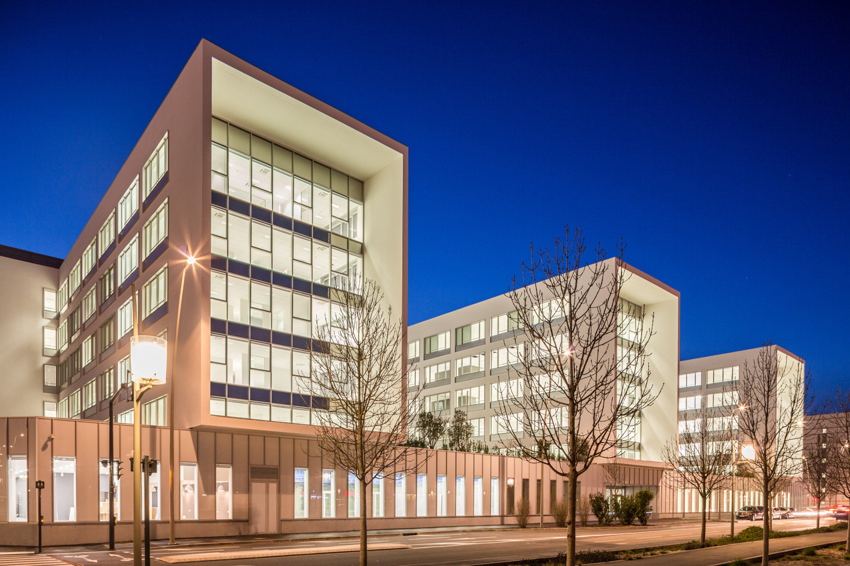 Façade de nuit du bâtiment Safran à Toulouse