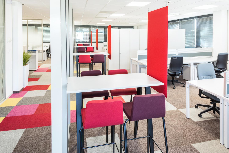 Plusieurs petits espaces de co-working avec la décoration à dominante rouge