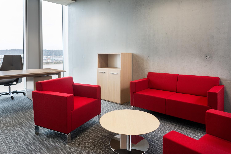 Bureaux avec coin salon et sofa rouge, pour les managers et dirigeants