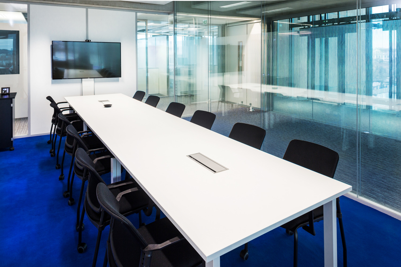 Grande table dans une salle de réunion avec une moquette bleu