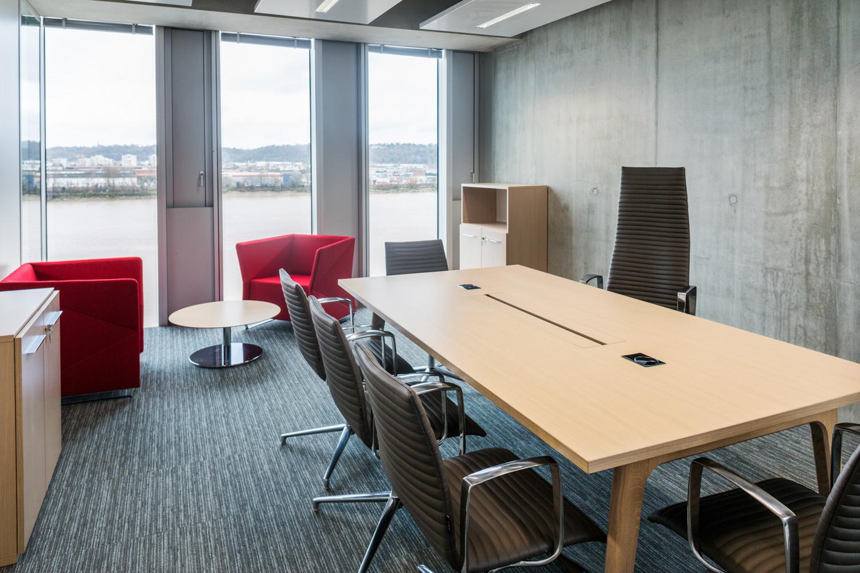 Salle de réunion avec une grande table, à la Caisse d'Épargne de Bordeaux, avec vue sur la Gironde.