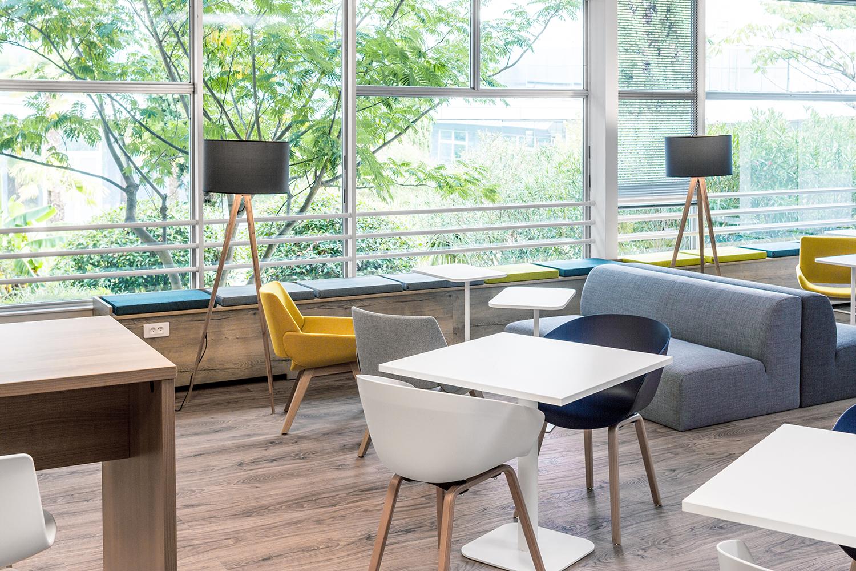 Un espace coworking chez Thales avec sa table, chaises et sofa