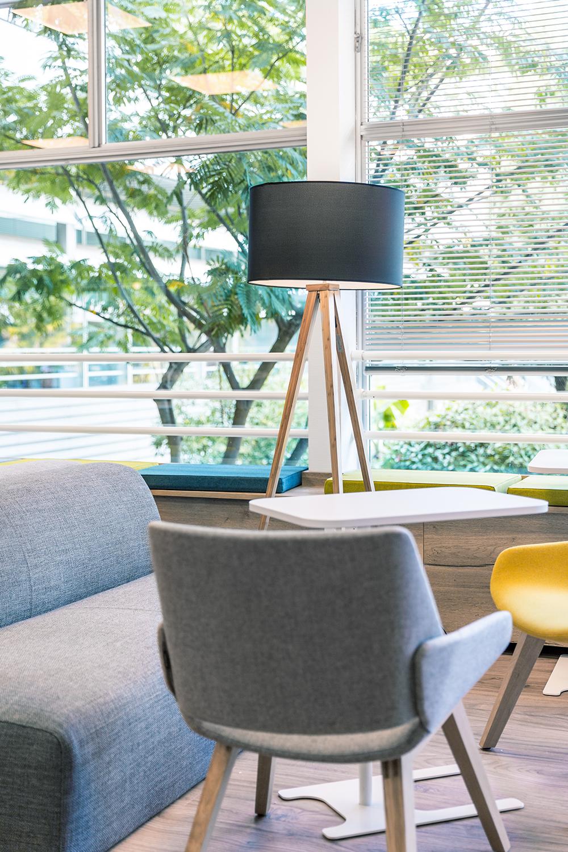 Lampe, sofa et chaise pour un espace de coworking dans le workcafe de Thales