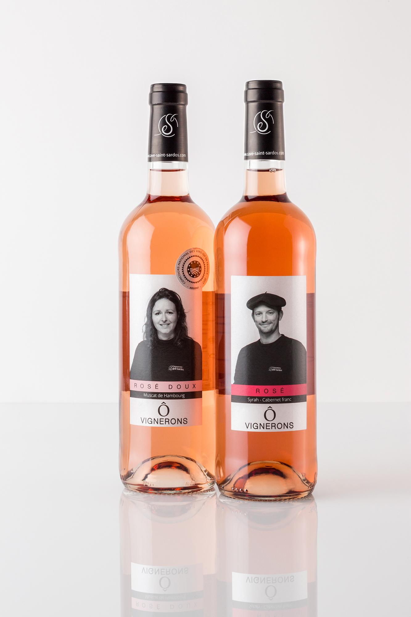 Deux bouteilles de rosé sur fond blanc