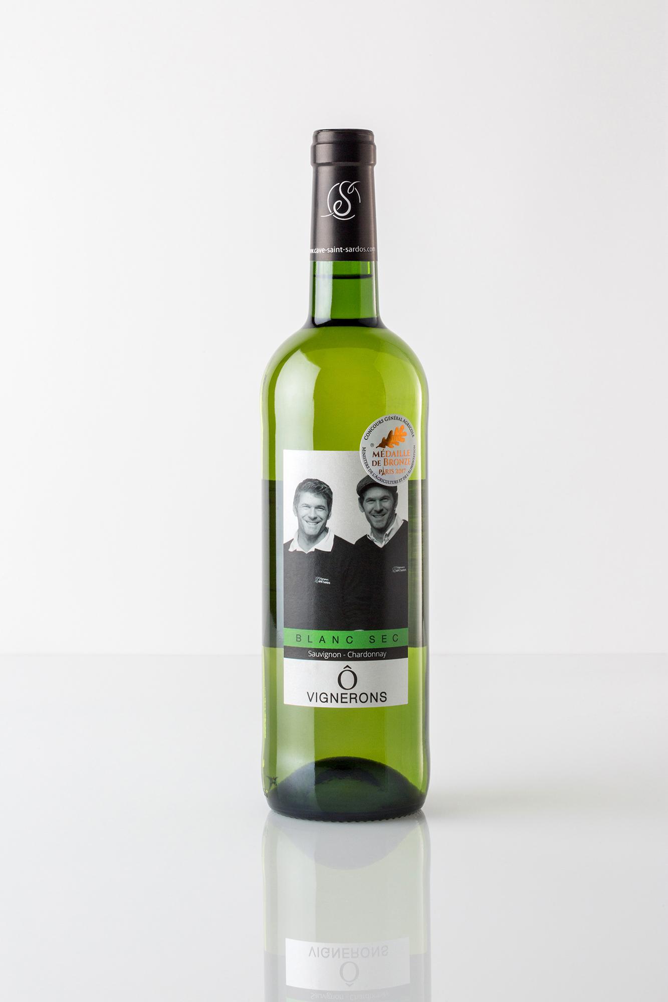Bouteille de vin blanc sur fond blanc avec une étiquette montrant les vignerons