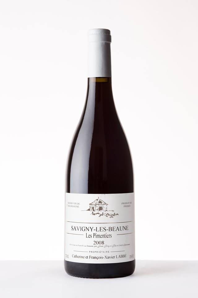 Mise en valeur d'une bouteille de vin de Bourgogne sur fond blanc