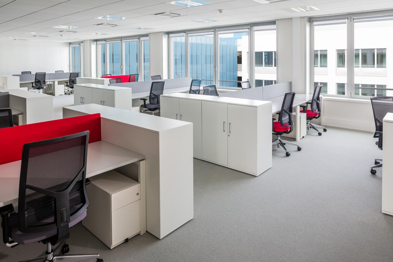 Bureaux en Open Space avec chaises et vue sur l'extérieur