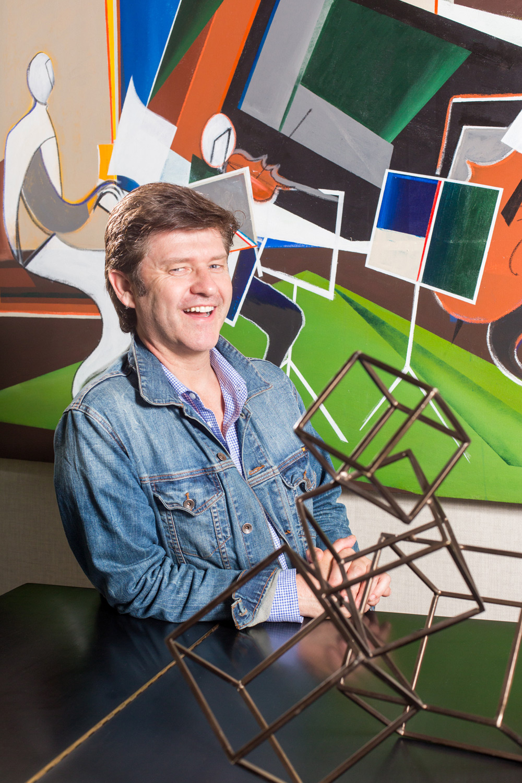 Portrait de Stef Albert devant une toile de peintre