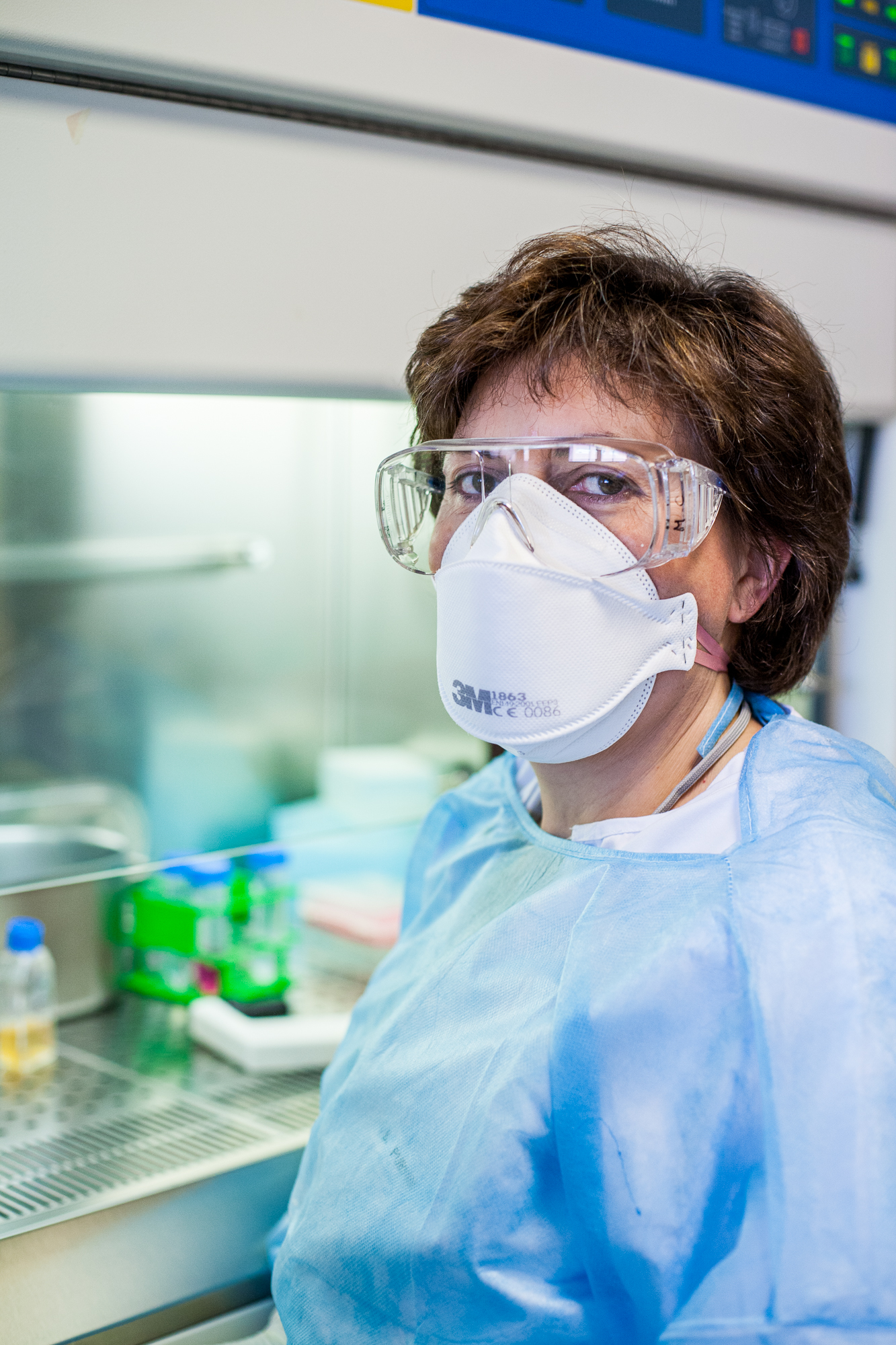 Laborantine équipé avec ses équipements de protection dans son laboratoire P4