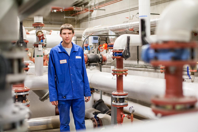 Un technicien au milieu des tuyaux techniques au CHU de Toulouse