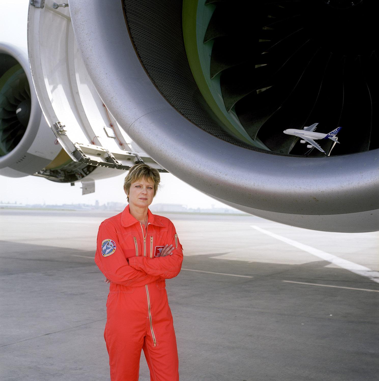 Un ingénieur d'essai en tenu de vol orange devant des moteurs d'Airbus A380 à Toulouse