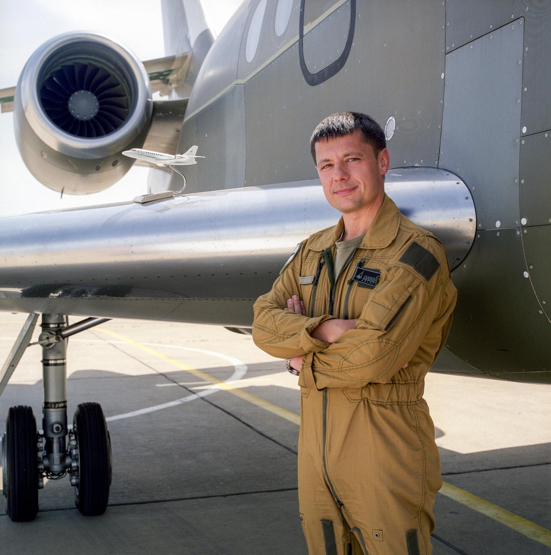 Un pilote d'essai de l'entreprise d'Assault Aviation devant un Falcon 2000