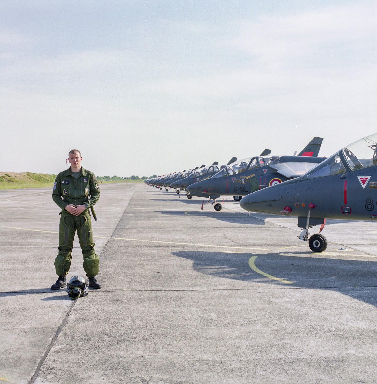 Pilote militaire devant un alignement d'avions Alphajet