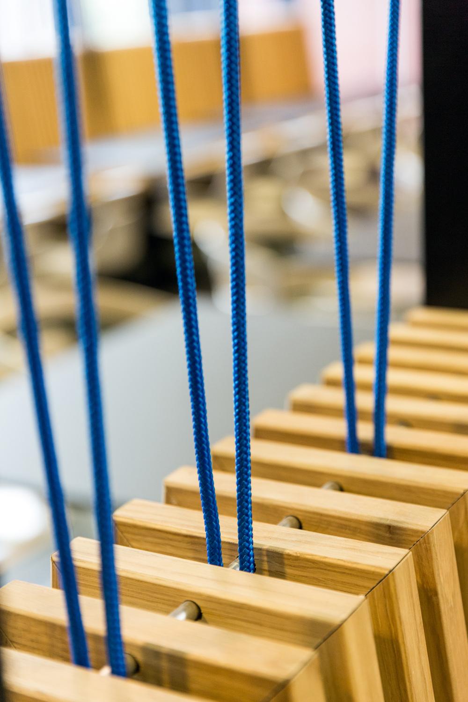 Détail sur la cordelette bleue au niveau des dossiers de la salle de restaurant du CROUS