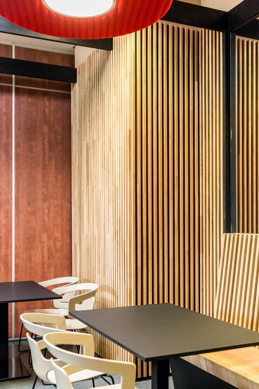 Détail sur les mur avec le bois et la table avec ses chaises