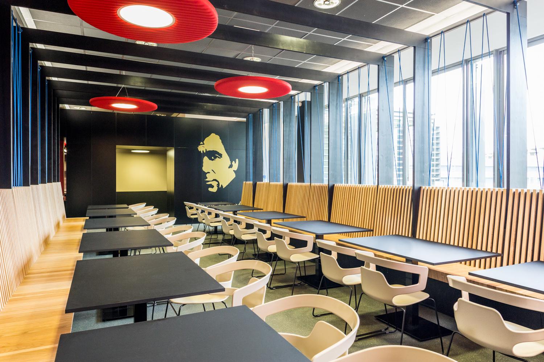 Salle de restauration du CROUS à Toulouse avec chaises et tables