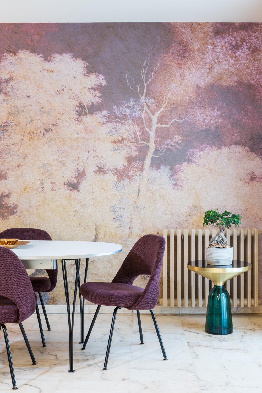 Détail sur la chaise et la décoration avec l'arbuste et le papier peint art déco