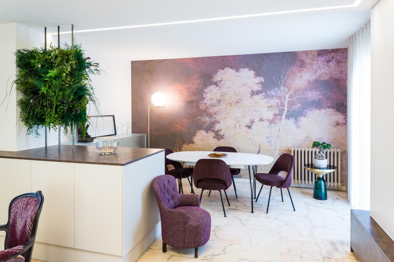 La salle à manger avec un papier peint art déco et décoration florale