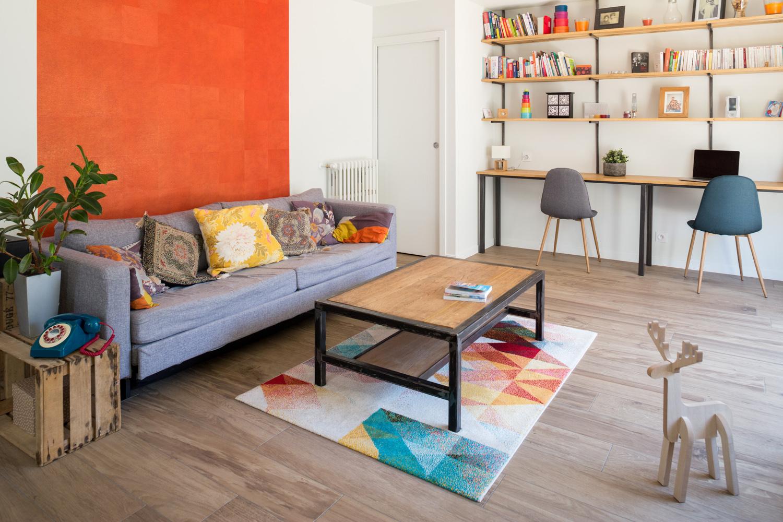 Coin table basse avec sofa et décoration
