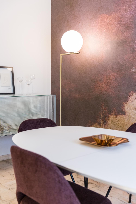 Détail sur la table et la lampe art déco