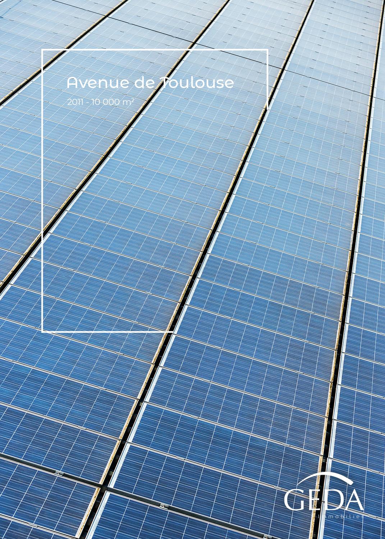 Des panneaux solaires alignés sur un toit avec un montage graphique