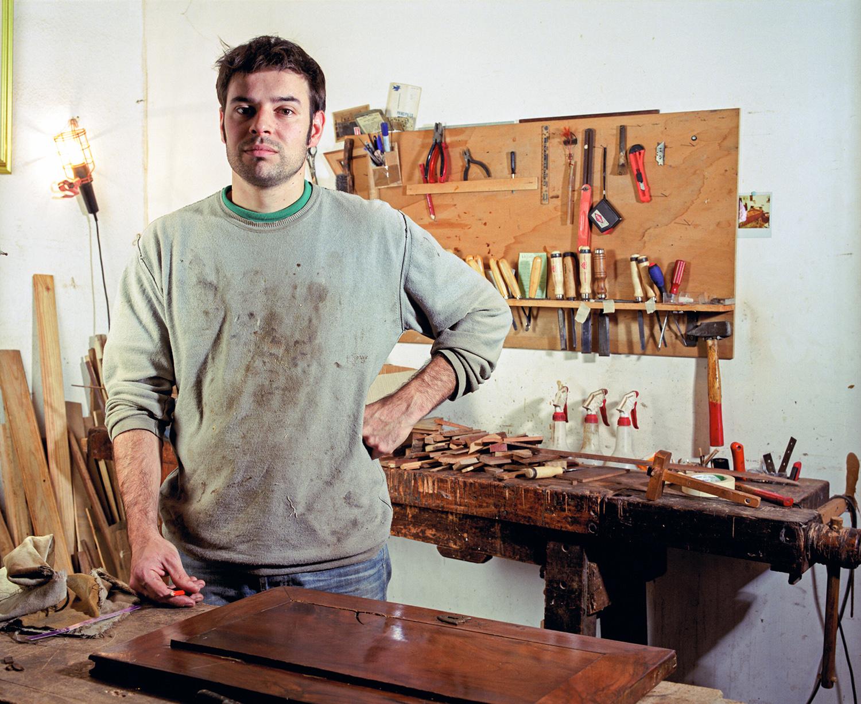 Un artisan ébéniste dans son atelier, avec ses outils