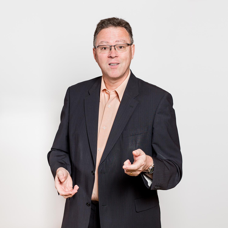 Portrait sur fond blanc d'un dirigeant d'entreprise