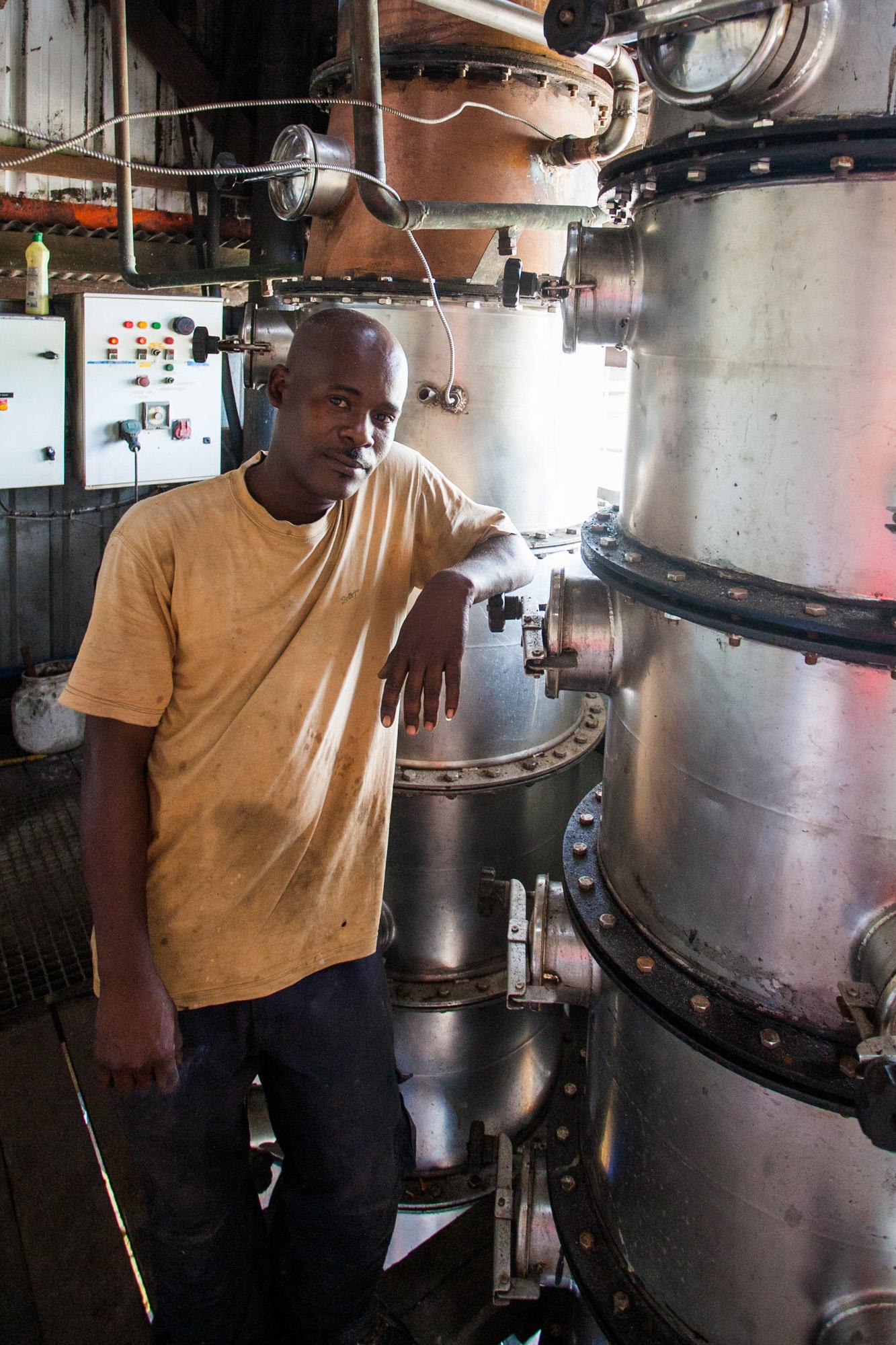 Un employé dans la distillerie de Rhum Bielle à Marie-Galante.