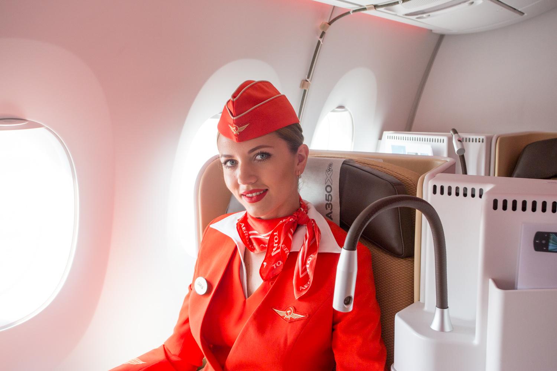 Portrait d'une hôtesse de l'air de la compagnie aérienne Aeroflot dans un Airbus A350