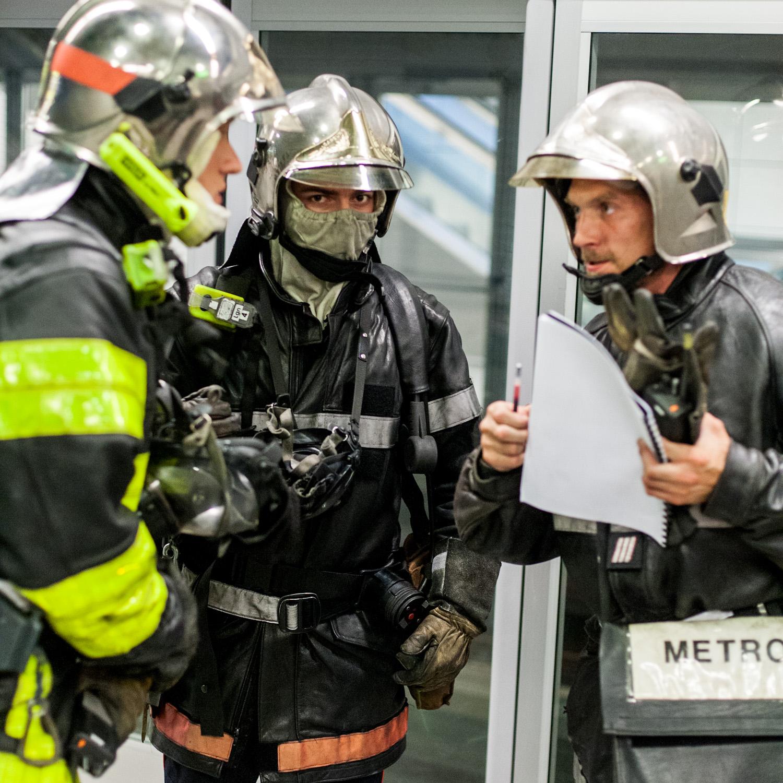 3 pompiers discutent pendant l'exercice plan rouge dans le métro de Toulouse