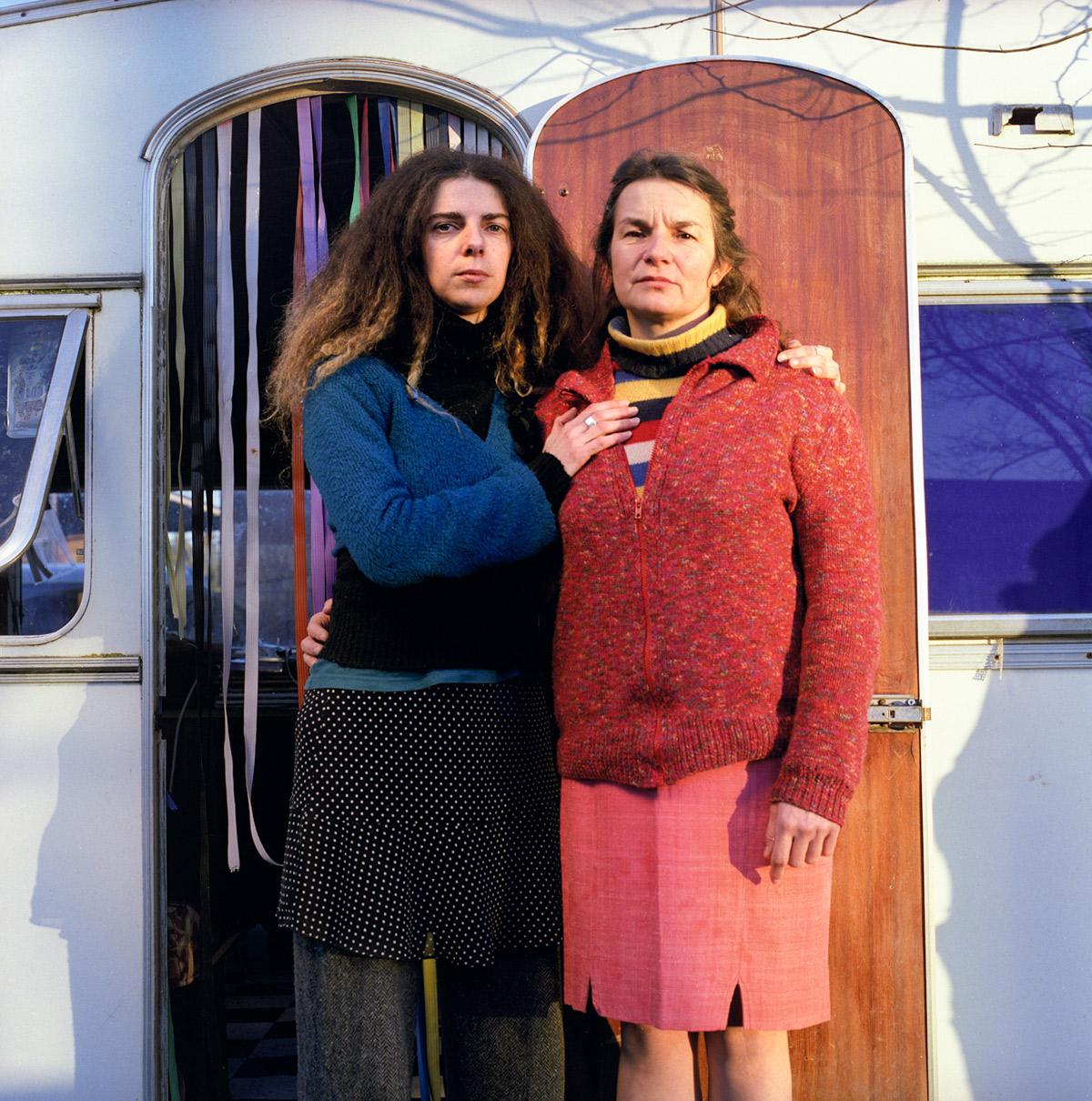 Deux artistes de rue posent devant leur caravane