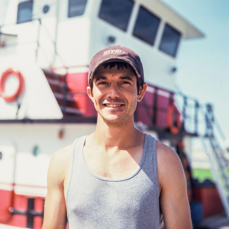 Un marin de la nouvelle Orléans, USA, devant son bateau
