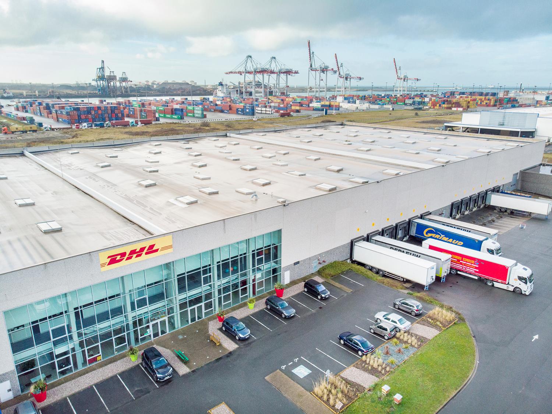 Photographie en drone de l'entrepôt DHL pour sa communication d'entreprise