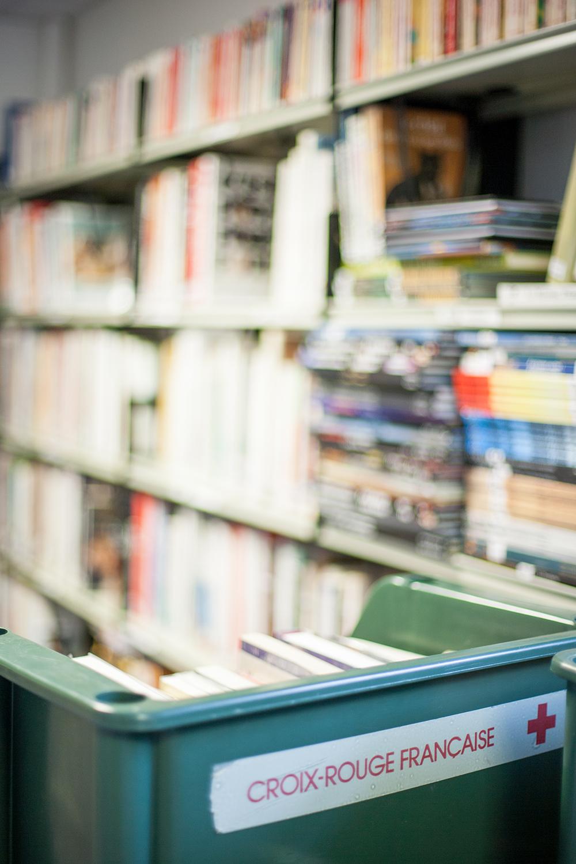 Une boite avec des livres dans la bibliothèque du CHU de Purpan à Toulouse