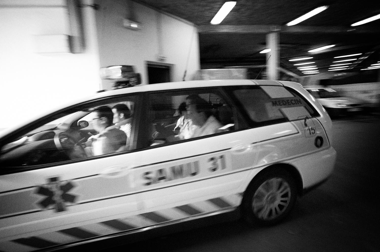 Un véhicule du SAMU31 franchit la porte de garage pour partir en intervention