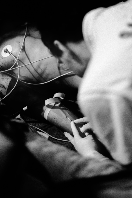 Un infirmier pique avec une seringue le bras d'un blessé pendant l'intervention du SAMU31