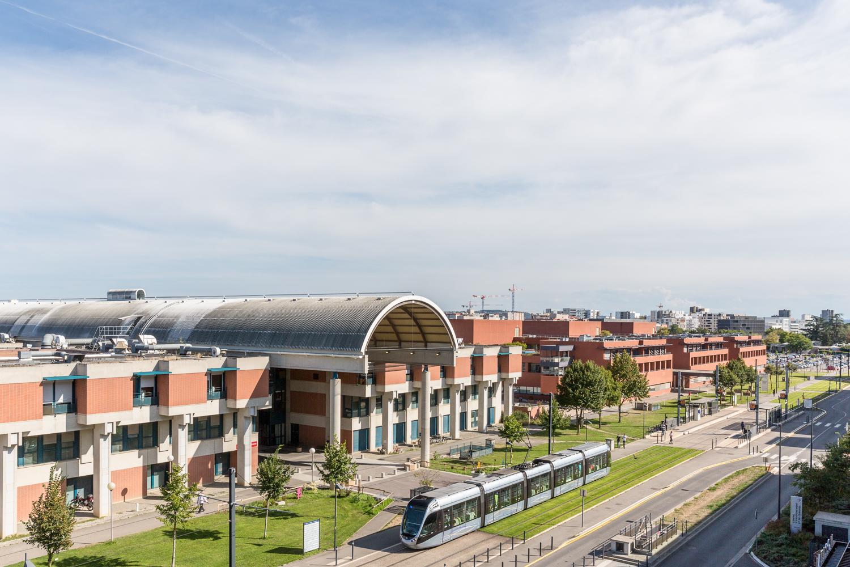 Photographie d'architecture de l'hôpital des enfants au CHu de Toulouse Purpan