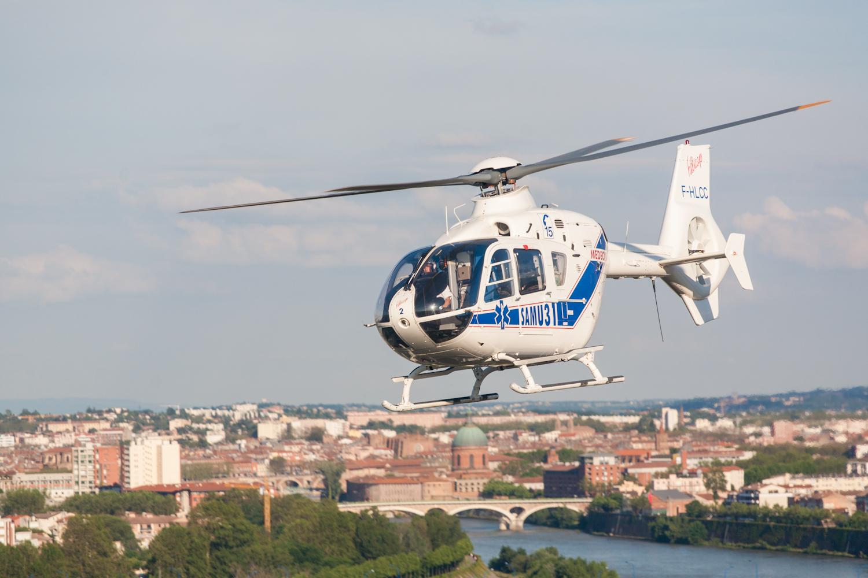 L'hélicoptère HC135 du SAMU31 devant la ville de Toulouse en arrière plan