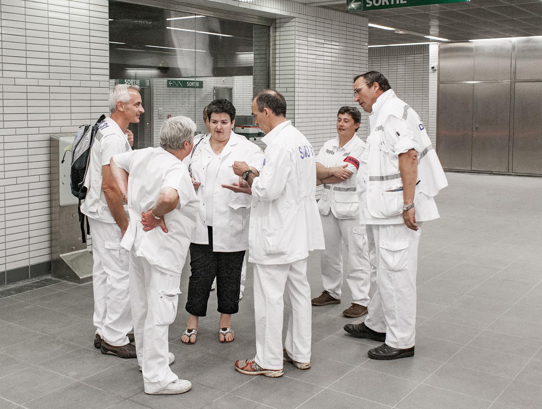 Les cadres du SAMU31 discutent avant le lancement de l'exercice plan rouge dans le métro de Toulouse