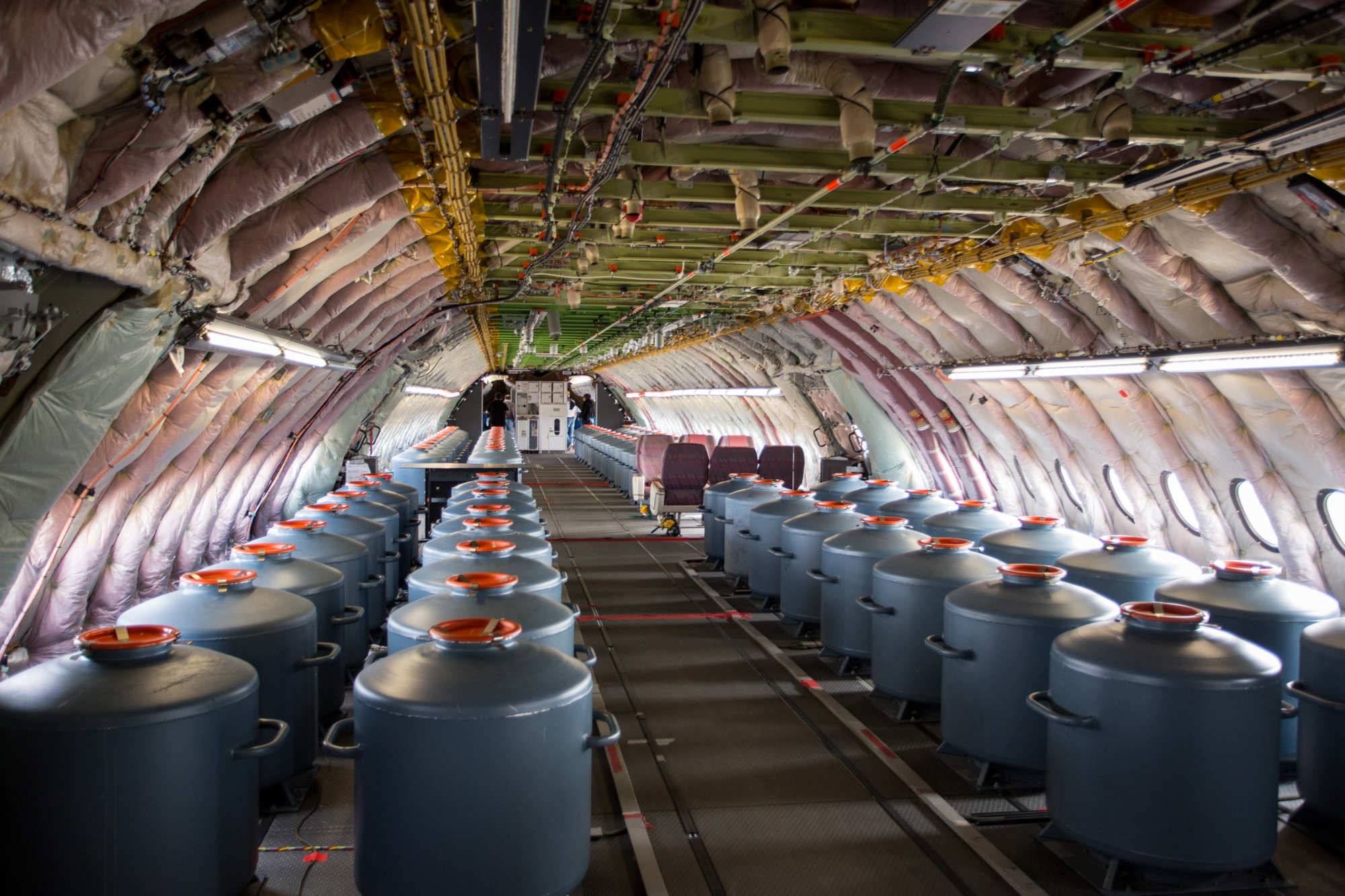Intérieur de l'avion d'essai Airbus A350 avec des bidons pour les tests de centrage