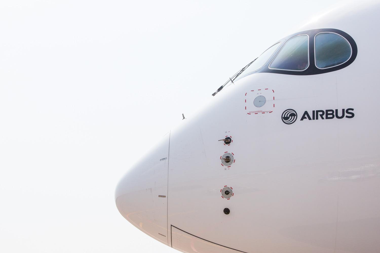 Le nez de l'Airbus A350 sur fond blanc
