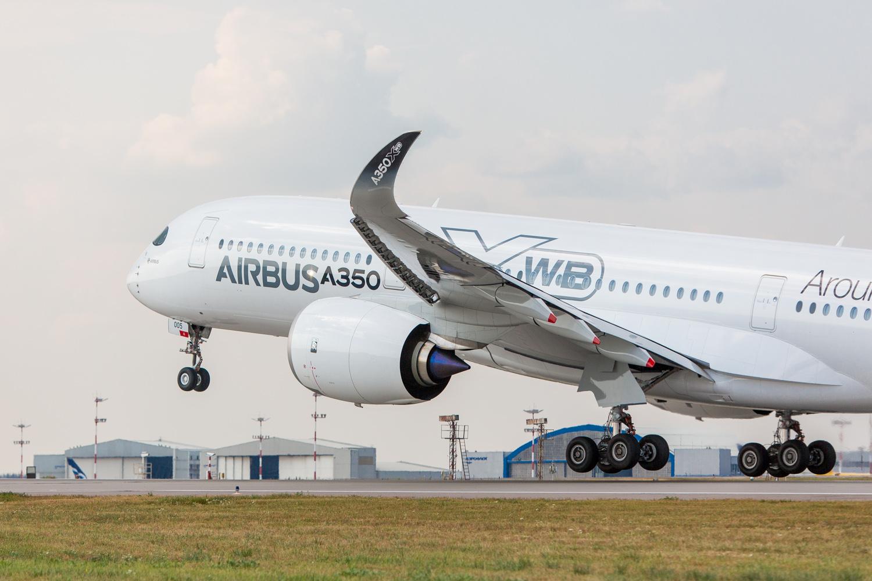 L'Airbus A350 décolle de la piste de Moscou, Russie