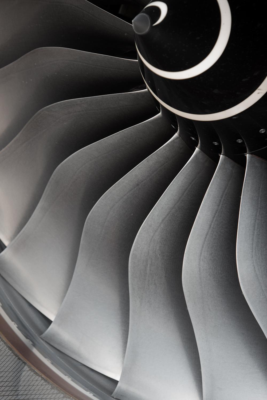 Gros plan sur les ailettes du moteur de l'Airbus A350