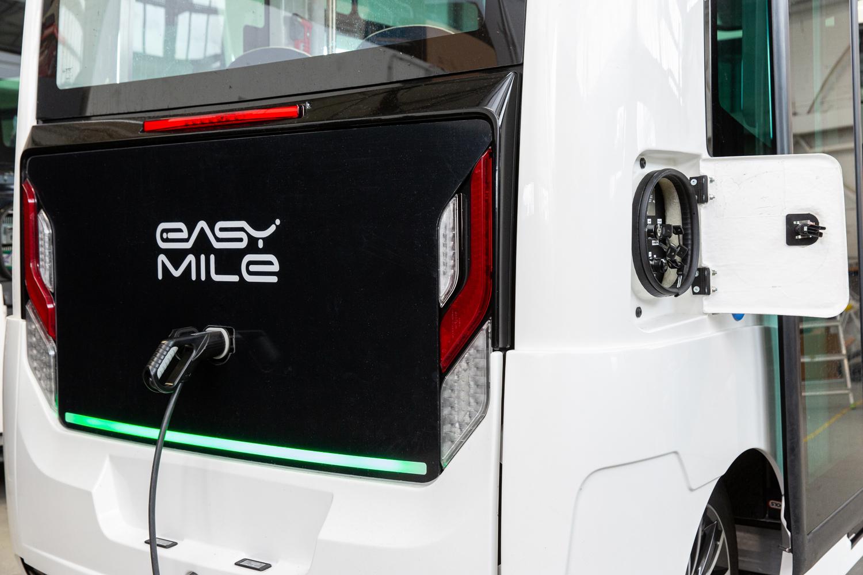 Le véhicule EZ10 d'Easymile est branché et se recharge