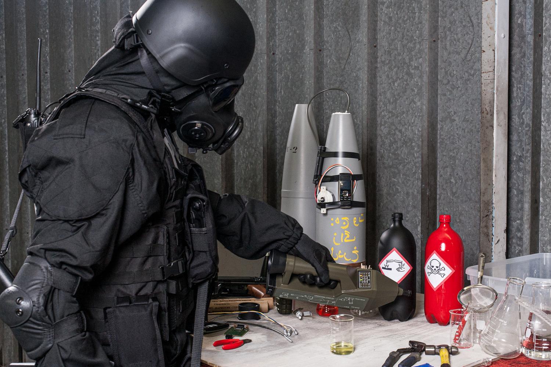 Avec le détecteur de la société proengin, un militaire teste des produits chimiques dans un laboratoire clandestin