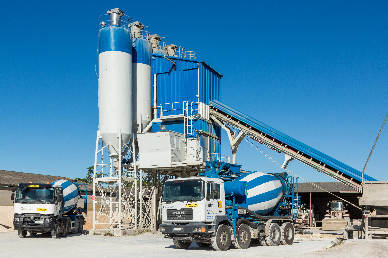 Un camion à béton devant une centrale à béton dans le cadre d'une séance photo pour un industriel