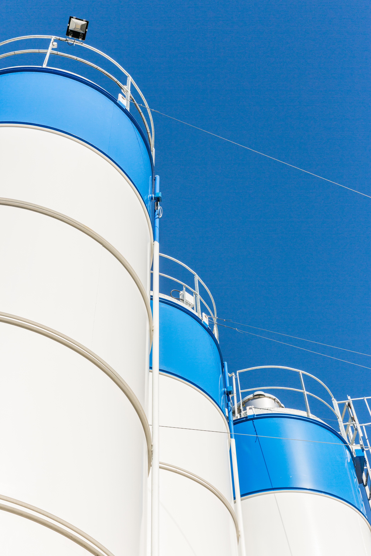 Contre plongé sur le haut des silos à ciment dans une centrale à béton