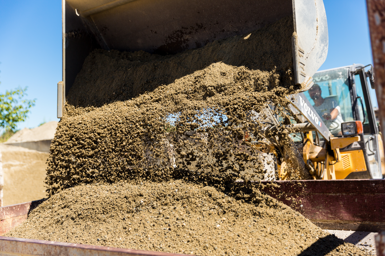 Une pelleteuse dépose du sable pour une séance de photographies