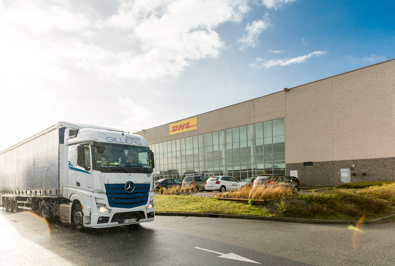 Un camion part de l'entrepôt DHL Supply Chain